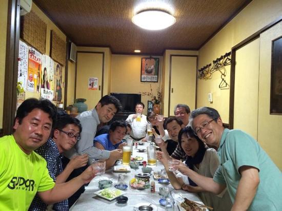 Kasuga, Japonya: 落ち着けるカウンターに大人数でも楽しめるテーブル席を完備