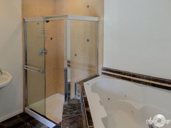 The M Inn Mammoth: Bathroom with optional Jacuzzi Tub