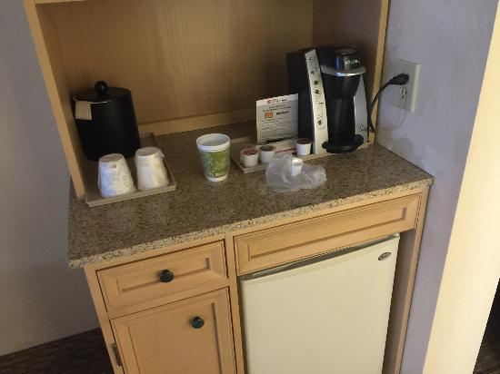 Hilton Garden Inn Atlanta Northpoint: Coffee bar and refrigerator