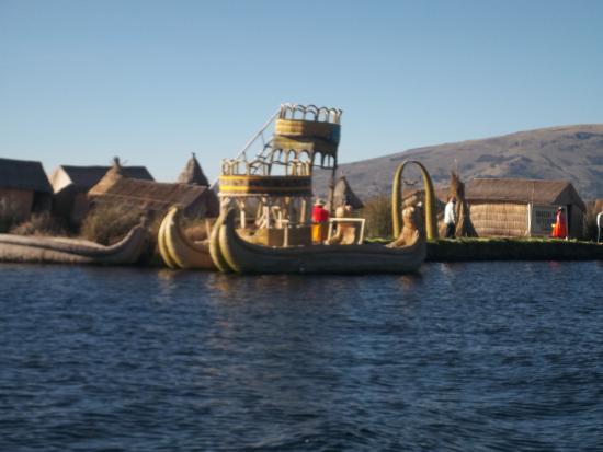 Juliaca, Peru: Barco feito de Totora navegando