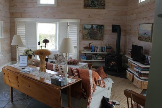 Fort Hill Bed and Breakfast: Living room in Nantucket Cottage