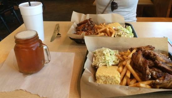 Charlie's Southern Barbecue: Chicken Wings meal & Goose IPA. Perfect!