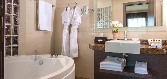Starling Geneva Hotel & Conference Center: Bathroom junior suite