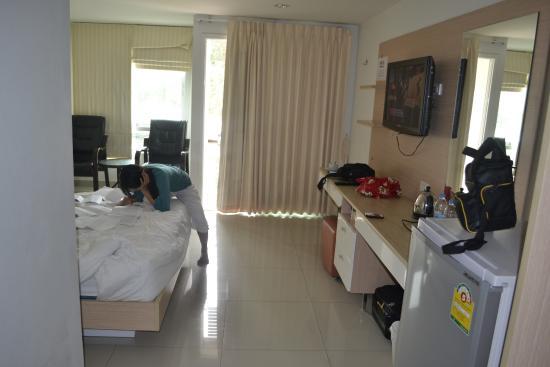 SPB Paradise: Penampakan kamar hotel yang kami tempati (dibalik tirai itu balko yang menghadap ke luar).