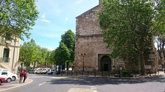 Cessenon-sur-Orb, Francja: La Mairie sur la place et l'église