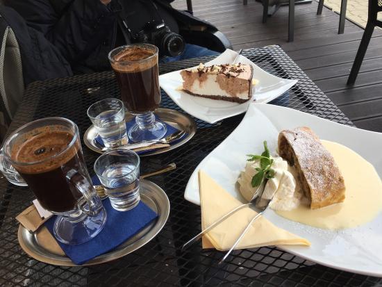 RP Cafe: Яблочный штрудель с ванильным соусом и торт из суфле с кофе по-турецки.