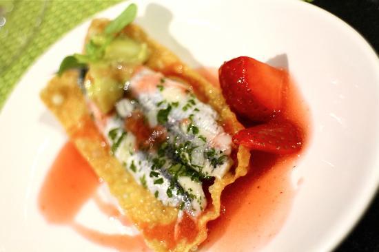 Ponteareas, Spanien:  Marinated boqueron, crisp wonton, guacamole & strawberry dressing