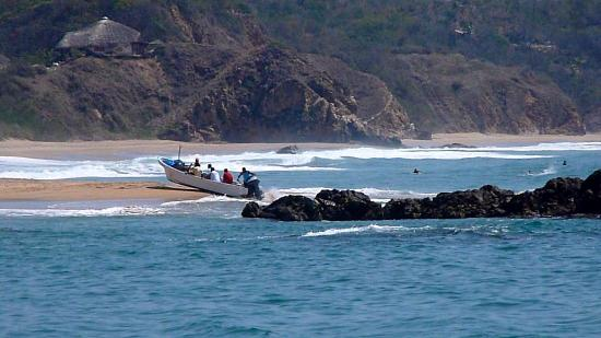 Punta Placer Bungalows : landing the boat on the beach mexican style!