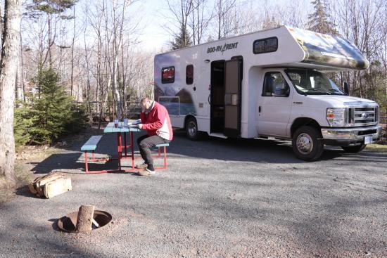 New Glasgow, Kanada: De staanplaats, ruim, netjes met mogelijkheid om eigen kampvuurtje te maken, water, afvoerput,