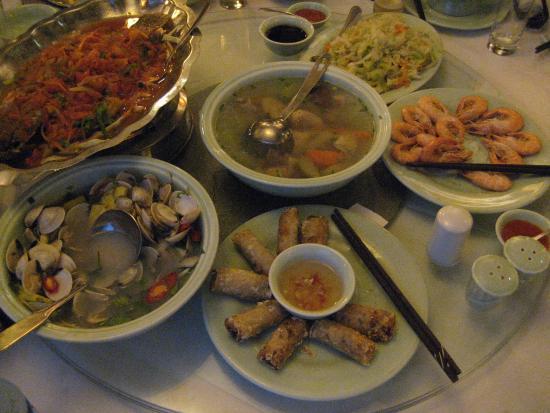 Co Ngu Restaurant: 海鮮中心の料理