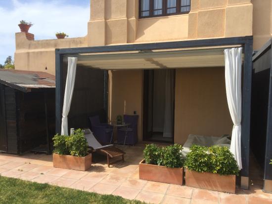 Terraza De La Habitacion Con Tumbonas Y Jacuzzi En El Exterior - Jacuzzi-exterior-terraza