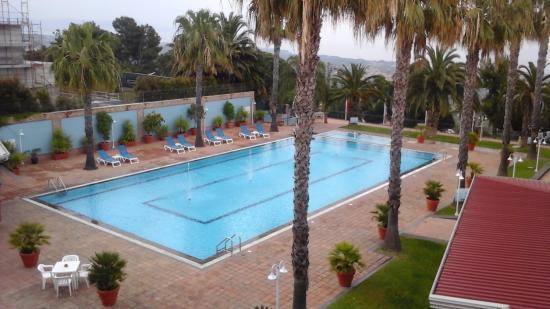 Hotel Orizzonte - Acireale: La grande piscina e il verde dell hotel