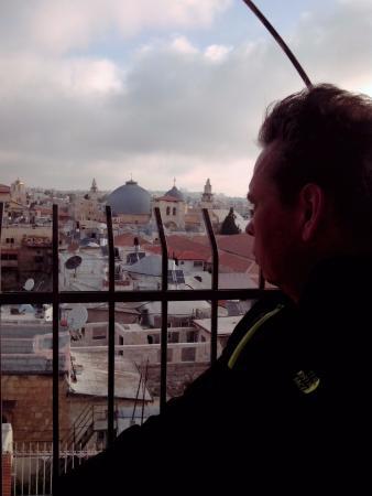 Jaffa Gate Hostel: На крыше хостела . Вид потрясающий. Сам хостел не для избалованных постояльцев. Самый минимум.