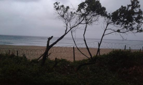 Ponta do Ouro, Mozambik: Vue sur la mer et les magnifiques barbelés qui nous barrent la Sea View !