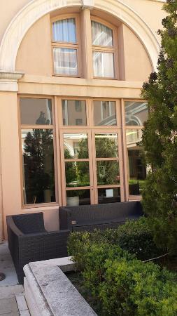 Appart'Hôtel Odalys L'Atrium : Outside reception in courtyard.
