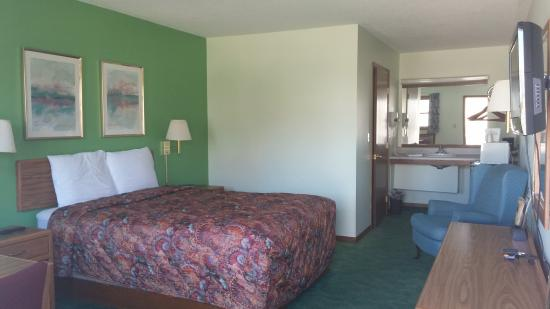 Charles City, IA: Room, One Queen