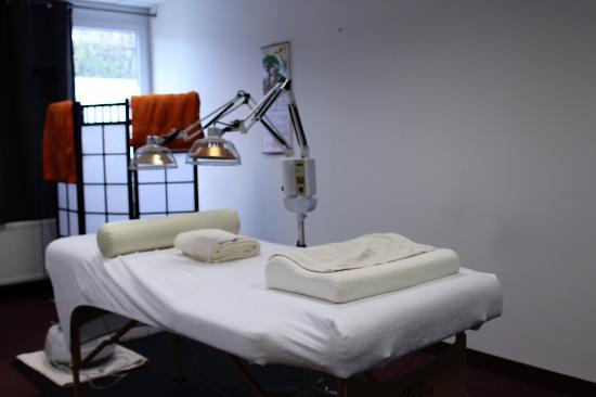 Erkrath, Alemania: Bett mit Wärmelampe, kleiner Raum