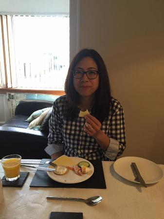 Atherstone Guest House: happily enjoying breakfast