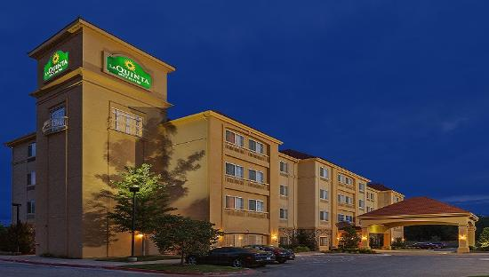 La Quinta Inn & Suites Stillwater: Night Time Exterior