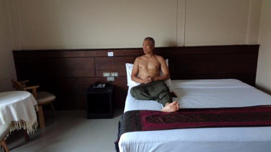 Chiangkhong Green Inn Resident: big room, big comfy bed, balcony with street view
