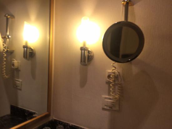 Espejo de aumento con luz simena hotel amyuva resmi for Espejo aumento con luz