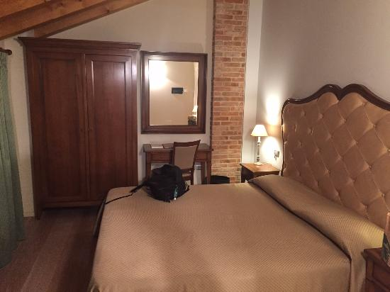 Hotel Asolo: Bed and work desk area