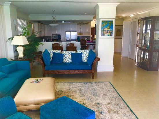 Caribbean Club: This living room was large! We loved it!