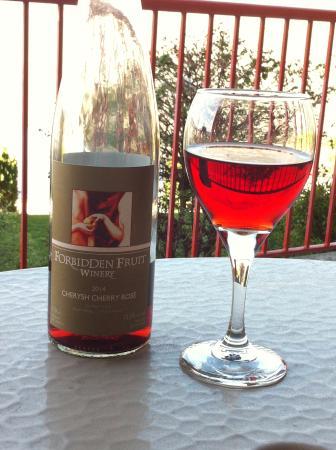 Cawston, Canadá: Enjoying a glass of Forbidden Fruit Wine...