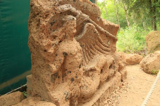 Necropoli del Puntone : Надгробная скульптура