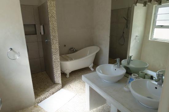 Swakopmund Guesthouse: dettaglio del bagno: doppio lavandino, doppia doccia e vasca