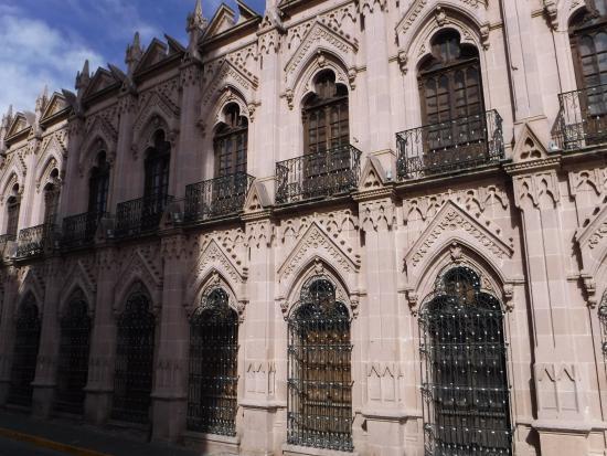 Jerez de Garcia Salinas, Meksyk: Frente a la iglesia se encuentra este hermoso edificio abandonado. :(