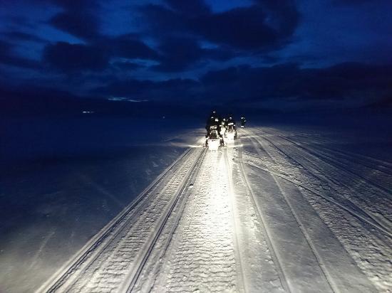 Longyearbyen, Noruega: Scoterutflykt till östkusten! Riktigt härlig dag med fin natur och trevliga guider.