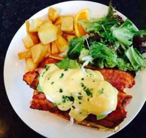 Bowen Island, Canada: Waffle Benny every week end brunch, a must try !