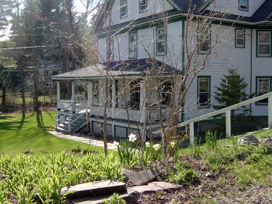 Brookside Bed and Breakfast: Spring Time at Brookside