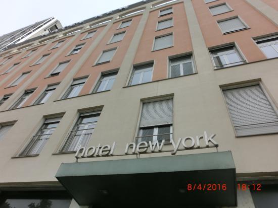 New York Hotel: Главный вход в отель
