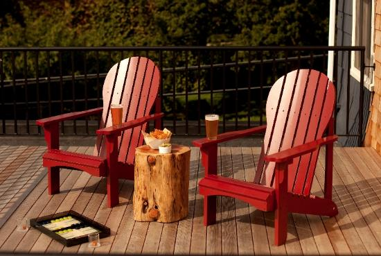 Woods Hole Inn: Enjoy fresh chips and guacamole on the deck.