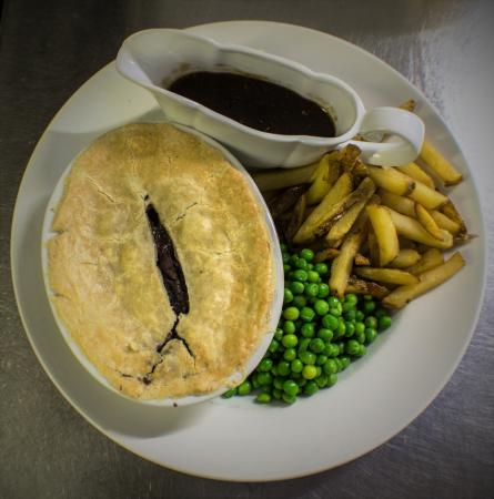 Хелмсли, UK: Steak and Ale Pie with Chips and Peas