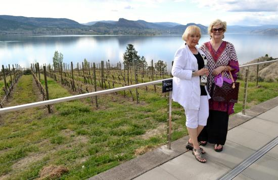 Penticton, Canadá: Me & a BFF enjoying a sunny warm Saturday at Bench 1775