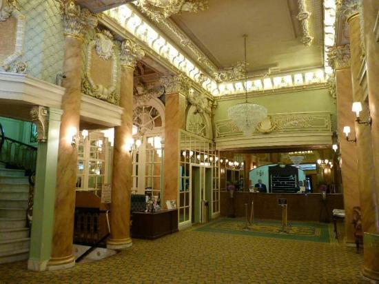 Wolcott Hotel: Amazing foyer, room so so