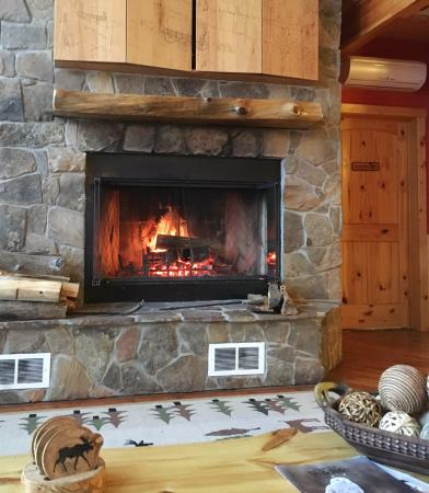 Sunburst Lodge Bed and Breakfast: The welcoming fireplace in the lounge area.