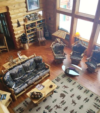 Sunburst Lodge Bed and Breakfast: Lounge area from the mezzanine level.