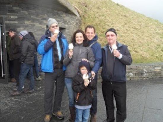 Kinvara, Ierland: Dave showing us the joy of real Irish ice cream at the Cliffs of Moher 😊