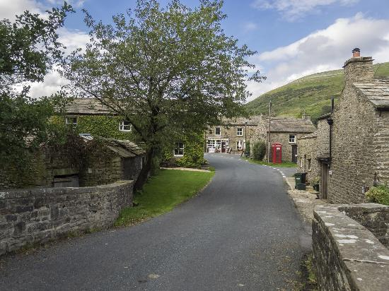Yorkshire Dales National Park, UK: A view of downtown Thwaite