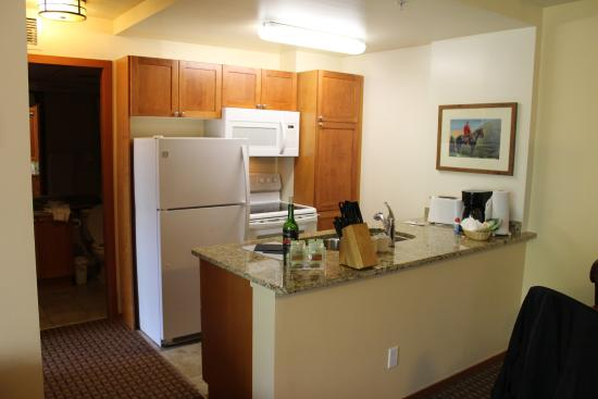 Whistler Cascade Lodge: kitchen area