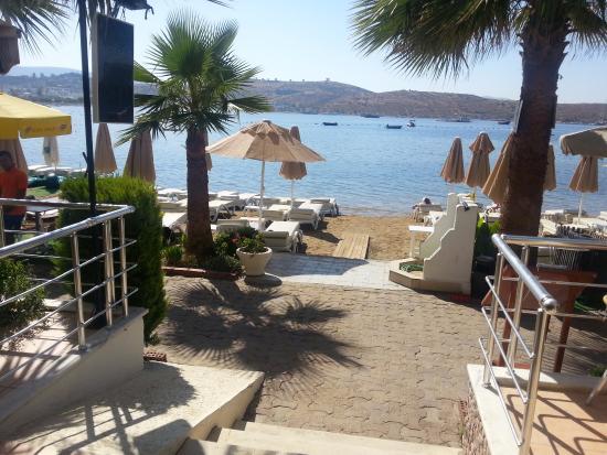 Turihan Hotel: Utgang restaurant/frokost til stranden fra hotellet med langgrunn strand