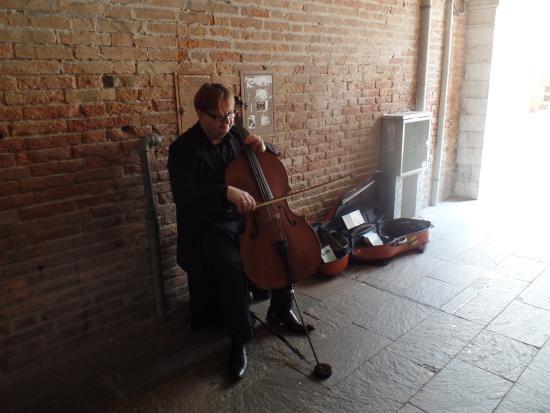 Tour Leader Venice: Cellist in a tunnel in Dorsoduro