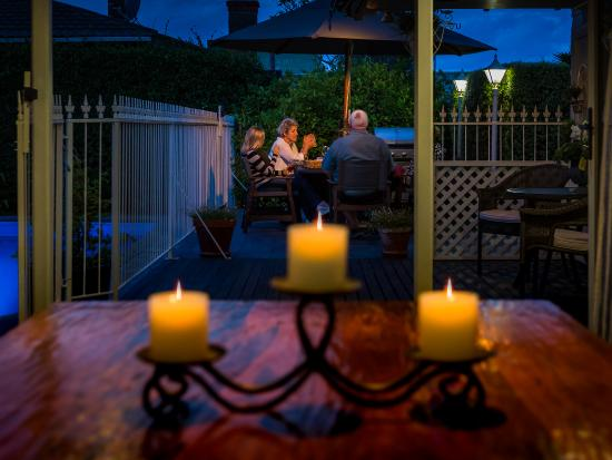 119 on Georges Bed & Breakfast: Sharing wine & canapes with guests at sunset