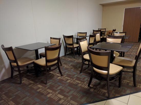 La Quinta Inn & Suites Columbus - Grove City : Breakfast seating area.