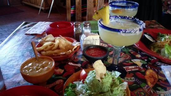 Mesilla, นิวเม็กซิโก: chile con queso, corn tortillas and guacamole salad