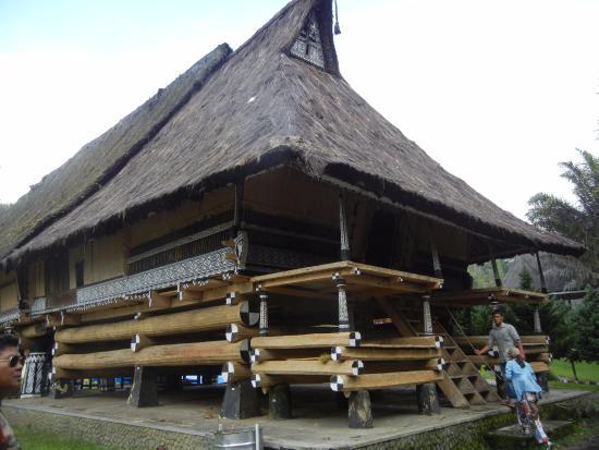 Kabanjahe, إندونيسيا: บันไดทางขึ้น Simalangun Batak Long House